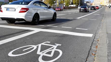 Mehr Platz für Fahrradfahrer: Dieses Ziel bleibe, sagt Augsburgs Baureferent Gerd Merkle. Allerdings müsse man in einer Stadt auch Kompromisse machen.