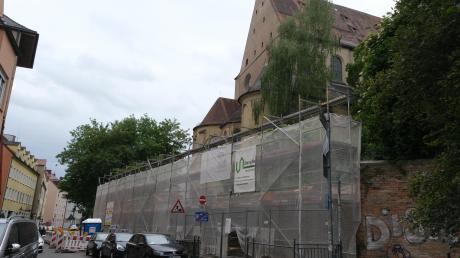 Zwei Jahre nach dem angekündigten Ende der Fertigstellung haben die Arbeiten an der Stützmauer im Vorderen Lech begonnen.