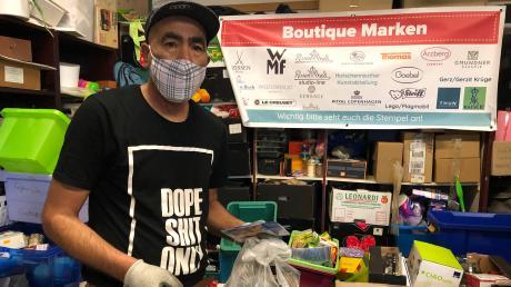 """Omar Hassan sortiert im Sozialkaufhaus """"Contact"""" die eingehenden Spenden. Während der Corona-Krise haben viele Menschen zuhause ausgemistet."""