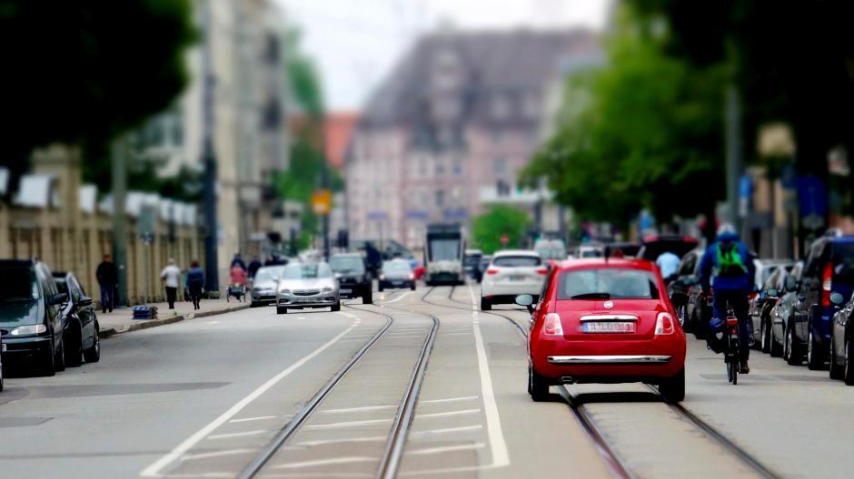 In der Hermanstraße werden nun versuchsweise Radfahrspuren eingerichtet. Angesichts von Auto- und Straßenbahnverkehr ist der Platz beschränkt, sodass dafür Autostellplätze wegfallen.