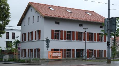 Der Blick von der Friedberger Straße auf die sanierte Alte Schule in Hochzoll: Im Erdgeschoss befindet sich das Jugendcafé, in die oberen Stockwerke zieht der Jugendtreff ein.