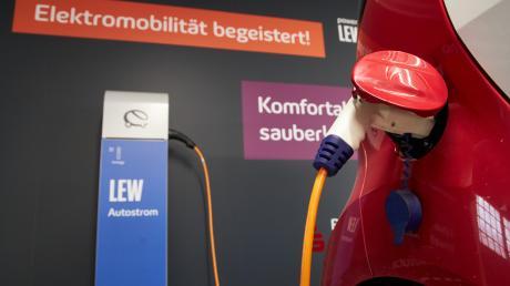 """Wer sein Elektrofahrzeug """"tanken"""" möchte, hat dazu in Augsburg an einem von 90 Ladepunkten an rund 30 Standorten im öffentlichen Raum die Möglichkeit. Beispielsweise geht das auch frei zugänglich auf Privatgrund, wie etwa bei der City-Galerie."""