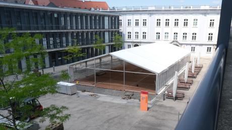Die Vorlesungen an der Hochschule laufen digital, doch die Prüfungen sind auf dem Campus. Dafür wurden Zelte aufgebaut.