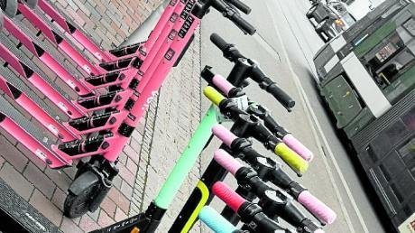 Ein Mann hat in Augsburg die Griffe von E-Scootern abgesägt.