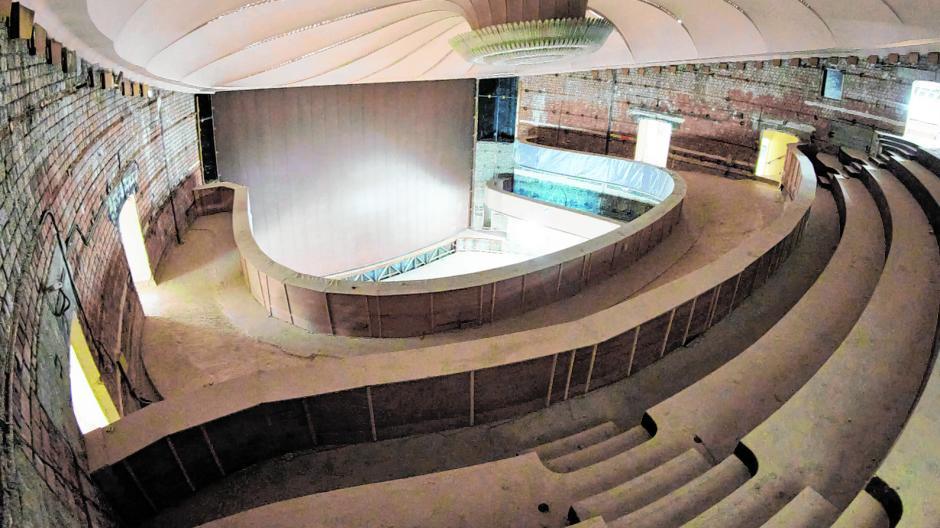 Ein Blick in Zuschauerraum und auf die Theaterbühne vom dritten Rang aus. Das Große Haus ist seit Langem Baustelle, die Sitze und Verkleidungen sind ausgebaut, der Putz von der Wand entfernt.