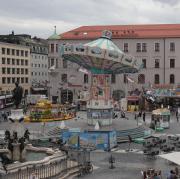 Ein wenig Volksfeststimmung kommt nun am Augsburger Rathausplatz auf. Ein Kettenkarussell ist die Hauptattraktion.