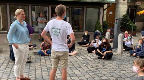 OB Eva Weber am Donnerstag im Gespräch mit Aktivisten vor dem Rathaus. Augsburger Klimaschützer haben mit mehreren Aktionen auf sich aufmerksam gemacht.