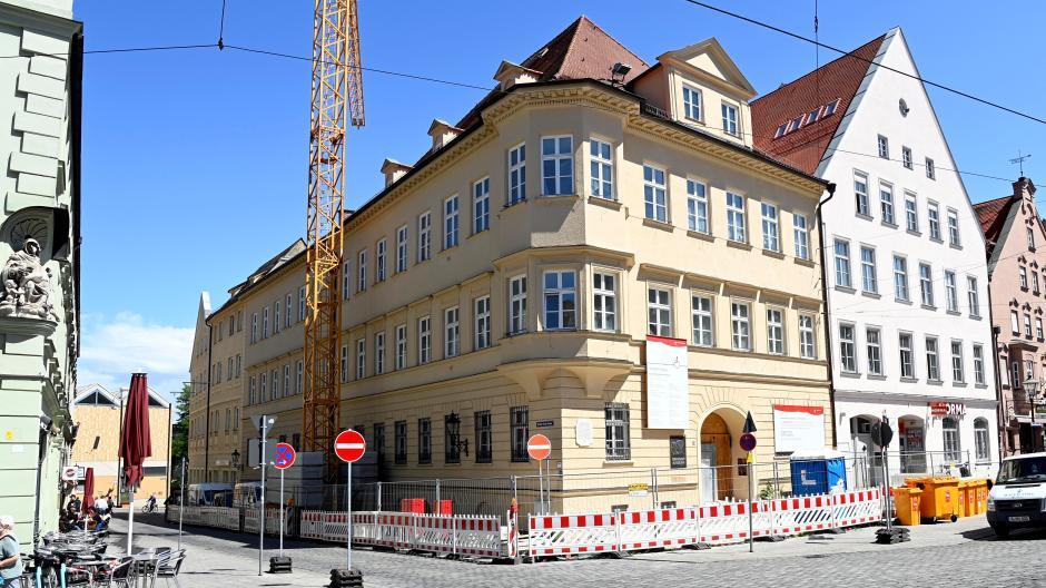 Seit Sommer 2018 ist das Standesamt in der Maximilianstraße zur Großbaustelle geworden. Die Fertigstellung verzögert sich jetzt nochmals.