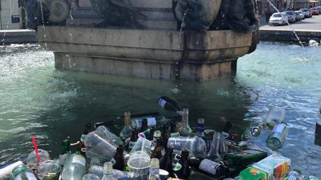 Nach einer lauen Sommernacht treiben nicht selten die Hinterlassenschaften des Partyvolks im Herkulesbrunnen in der Maximilianstraße. Corona hat das Müllproblem in der Innenstadt noch verschlimmert.
