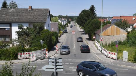Die Bobinger Straße in Inningen (im Vordergrund) wird erneuert und wird deshalb vorübergehend zur Einbahnstraße. Zudem wird ein Stück der Bergheimer Straße (im Hintergrund) gesperrt.