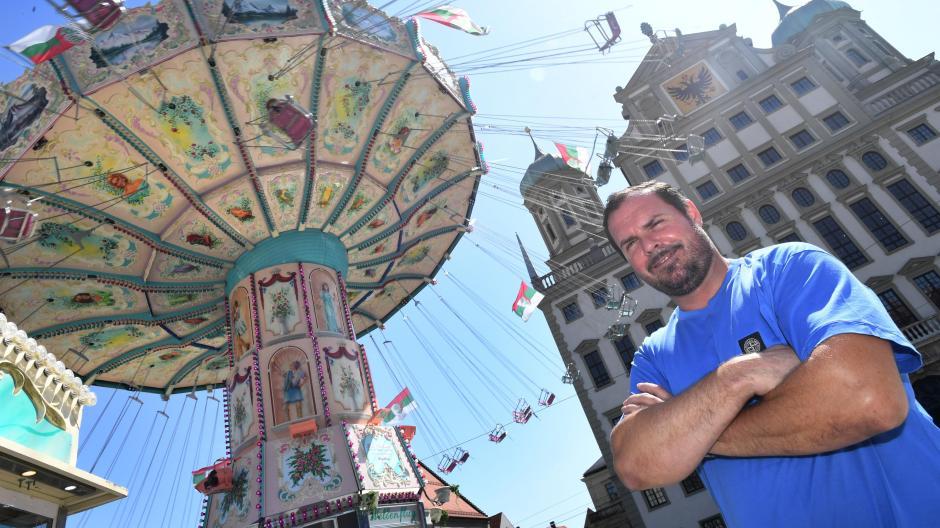 Schausteller Rudi Eberhardt kommt mit seinem Karussell Wellenflug auf dem Rathausplatz in Augsburg gut an.