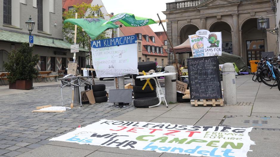 Seit dem 1. Juli campieren Klimaaktivisten auf dem Fischmarkt neben dem Rathaus. Die Stadt hat sie aufgefordert, das Camp abzubauen – sonst werde es geräumt. An diesem Vorgehen gibt es nun Kritik.
