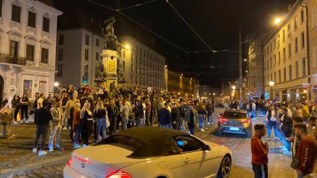 Die Augsburger Maximilianstraße ist bei Nachtschwärmern beliebt. Weil Clubs und Diskotheken aber wegen Corona geschlossen haben, spielt sich das Nachtleben mehr auf der Straße ab.
