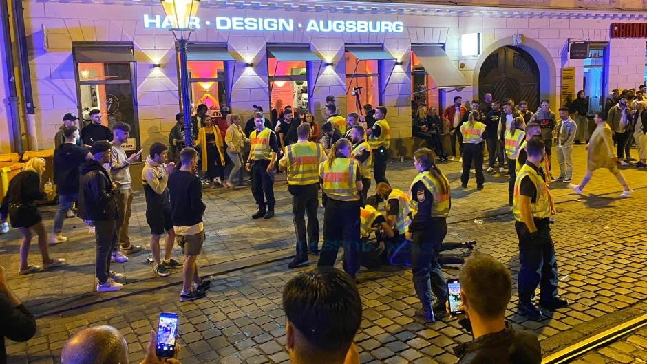 Die Polizei musste am Wochenende in der Augsburger Maxstraße mehrfach eingreifen. Passanten filmten das Geschehen.