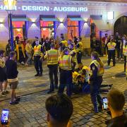 Polizeieinsatz am Sonntagfrüh kurz vor 2 Uhr in der Augsburger Maximilianstraße: Eine Frau wird am Boden liegend festgehalten. Und wieder filmen Menschen mit Smartphones.