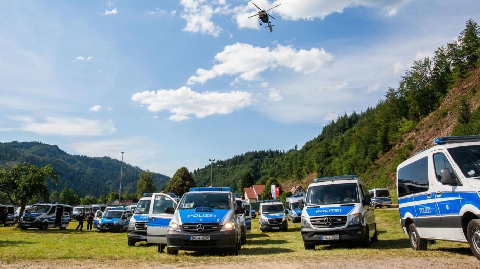 Noch immer sucht die Polizei in Oppenau nach dem schwer bewaffneten Mann, der sich in die Wälder abgesetzt haben dürfte.
