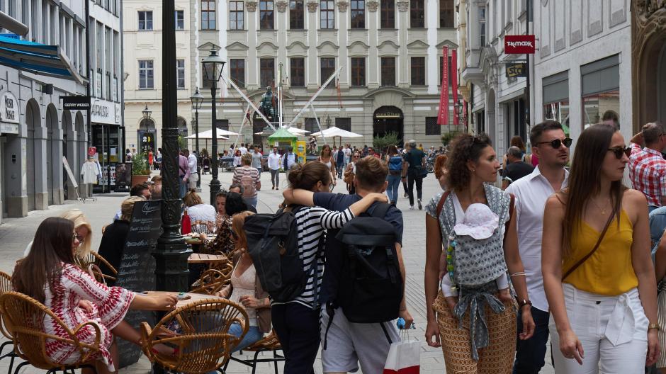 In der Augsburger Innenstadt sind wieder mehr Passanten unterwegs. Die wirtschaftliche Lage für viele Händler und Gastronomen bleibt dennoch angespannt.