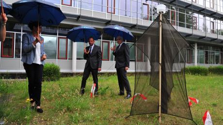 Artenschutzzentrums-Leiterin Ines Langensiepen demonstriert Umweltminister Thorsten Glauber und Claus Kumutat, Präsident des Landesamtes für Umwelt (von links), eine Insektenfalle.