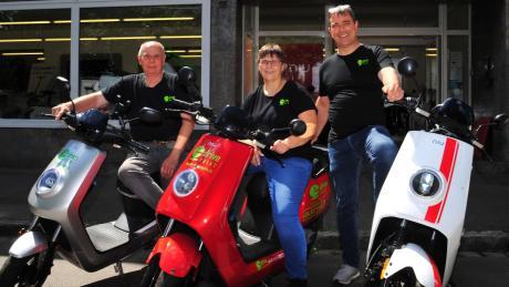 Alfred Sahl, Renate Gielnik und Markus Müller sind die Geschäftsführer eines Handels für Elektro-Motorroller.