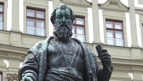 In Bronze gegossen steht Hans Jakob Fugger seit 1857 vor dem Köpfhaus auf dem Fuggerplatz, der erst seit 2009 diesen Namen trägt.