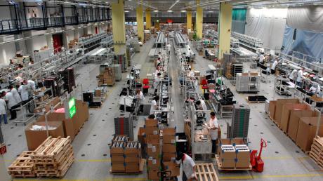 So sah es in einer Produktionshalle des Computerbauers Fujitsu in Augsburg aus. Inzwischen werden ganze PC-Montagelinien versteigert.