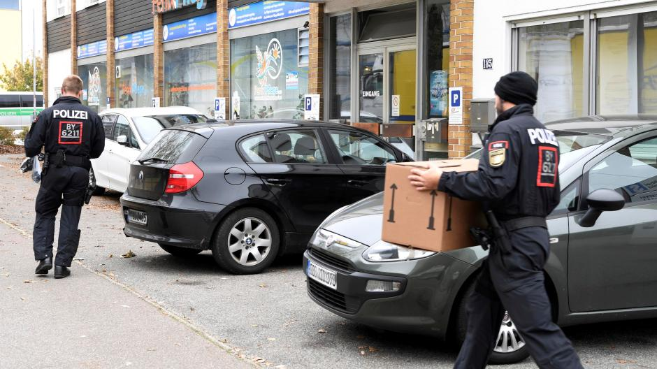 Im Oktober 2019 durchsuchte die Polizei mehrere Pflegeunternehmen in Augsburg. Es war eine der größten Razzien, die es in der Stadt je gegeben hatte.