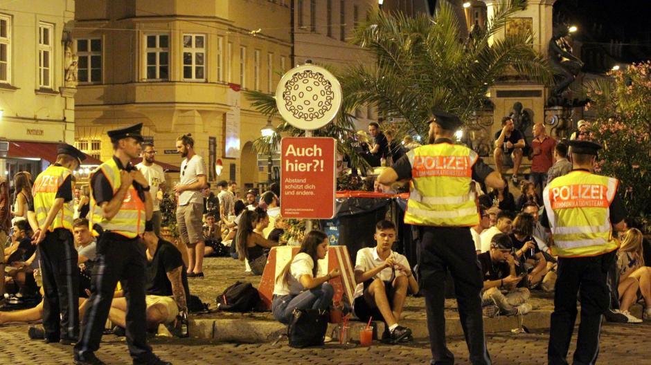 Am Herkulesbrunnen war die Polizei im Sommer verstärkt unterwegs, um für Abstand unter Partygängern zu sorgen. Die Stadt setzte gleichzeitig ein Gastro-Konzept um.