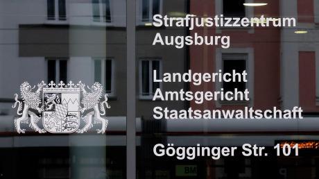 Als die Tür eines Fahrstuhls im Norden des Landkreises Aichach-Friedberg zugeht, drückt der 64-Jährige das Opfer gegen die Wand und belästigt es - mit Folgen.