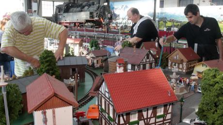 Viel Arbeit haben (von links) Günter Hensel, Jürgen Drexler und Dominic Huber beim Abstauben und Putzen der Modelleisenbahnanlage im Bahnpark Augsburg.