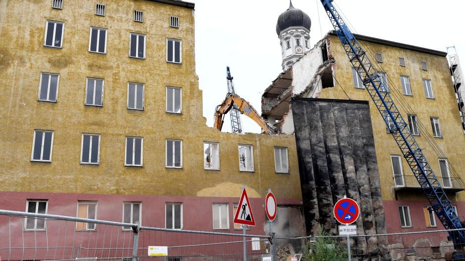 Das ehemalige Verwaltungsgebäude des Theaters an der Heilig-Kreuz-Straße in Augsburg wird jetzt abgerissen. Die Arbeiten dauern voraussichtlich bis Ende September.