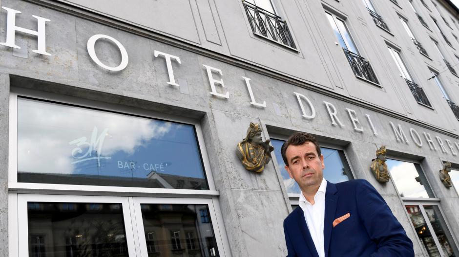 """""""Haben entschieden, mit einem neuen Namen dem gesellschaftlichen Wandel Genüge zu tun"""": Theodor Gandenheimer ist Geschäftsführer des Hotels """"Drei Mohren"""" in Augsburg, das sich nun in """"Maximilian's Hotel"""" umbenennt."""