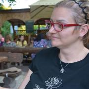 Milena Milosevic hat nur selten Zeit, sich in ihrem Biergarten im Stadtteil Bärenkeller hinzusetzen. In ihrer Hand hält sie ein Bild von ihrem Mann Mirko. Von ihm sind ihr außer Fotos noch viele Erinnerungen geblieben.