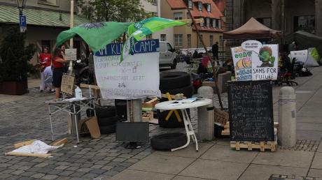 Seit sechs Wochen befindet sich das Klimacamp neben dem Rathaus.