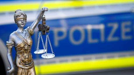 Ein alkoholisierter Autofahrer hat Polizisten Geld angeboten, wenn sei über seine Tat hinwegsehen. Der Bestechungsversuch kam nun vor Gericht.