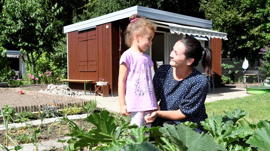 """Die erste Ernte brachte ein Gefühl der """"tiefsten Zufriedenheit"""": Helene Beirit und ihre Familie sind seit Kurzem Pächter eines Kleingartens. Derzeit wollen es ihnen viele Menschen in Augsburg gleich tun."""