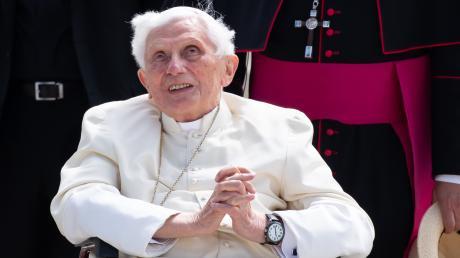 Der emeritierte Papst Benedikt XVI. ist an einer schmerzhaften Gesichtsrose erkrankt.