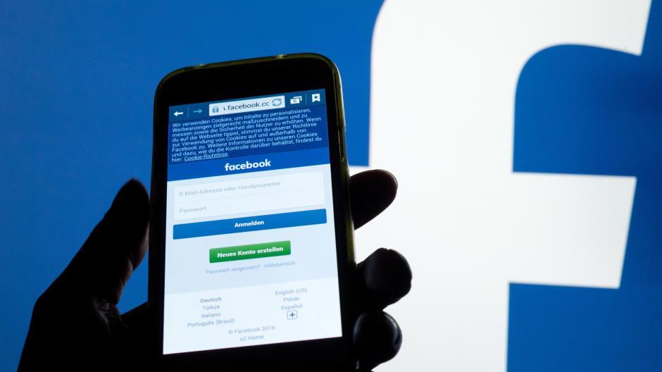"""Eine 64-jährige Frau soll im sozialen Netzwerk Facebook einen Beitrag mit einer """"Holocaust-Lüge"""" geteilt haben. Der Fall kam vor Gericht."""