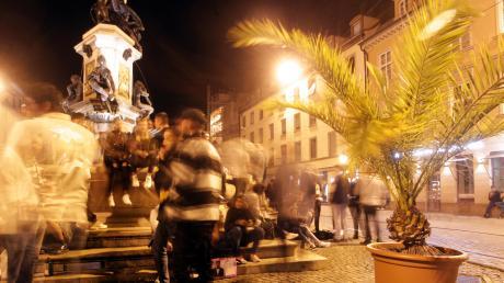 Feiernde Jugendliche am Herkulesbrunnen: Die Situation in der Maxstraße ist seit der Lockerung der Corona-Auflagen schwierig.