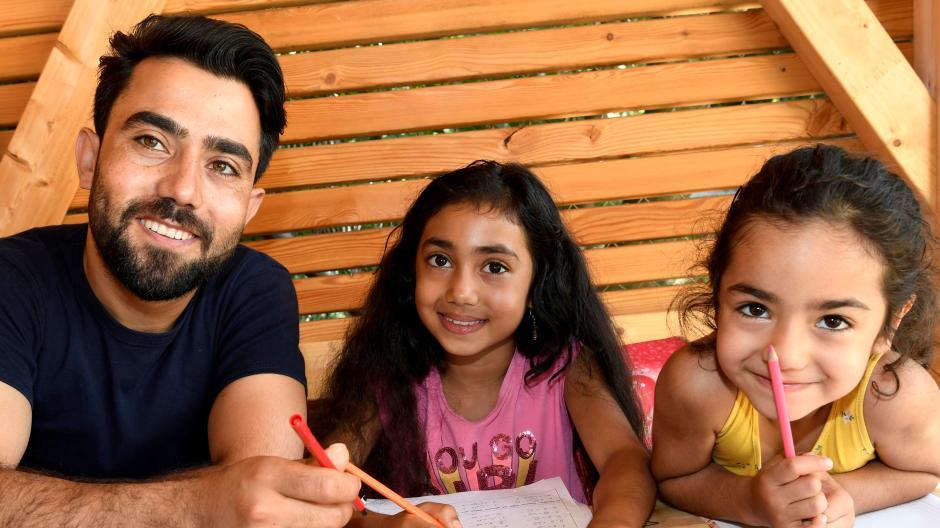 Familienvater Hamed Abasi aus Afghanistan hat vor Kurzem seine Ausbildung zum Fahrzeuglackierer abgeschlossen. Mit seiner Frau und seinen Töchtern lebt er im Ellinor-Holland-Haus.