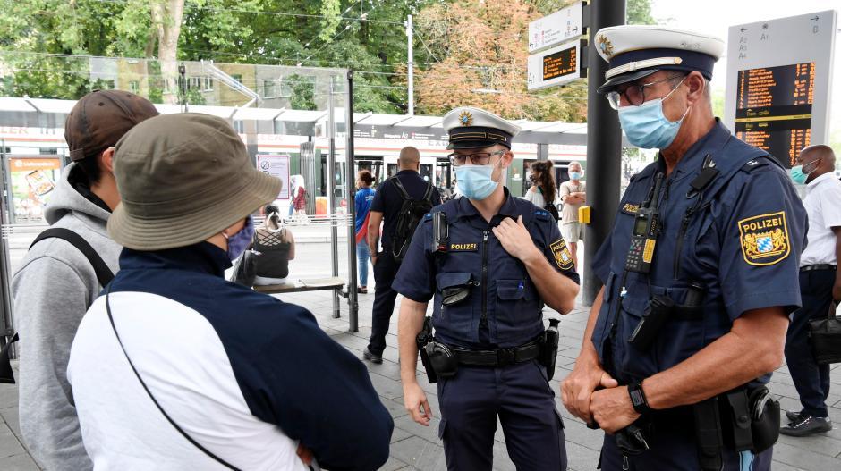 Maske auf? Die Polizei kontrollierte am Donnerstag am Augsburger Königsplatz und in Bussen und Straßenbahnen, ob die Maskenpflicht eingehalten wurde.