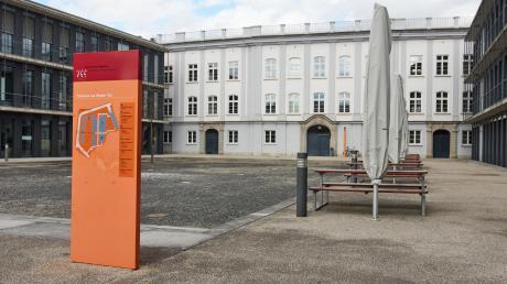 An der Augsburger Hochschule brodelt es hinter den Kulissen. Der Anlass dafür ist eine wichtige Personalie, die seit Monaten auf eine Entscheidung wartet. Es geht um die Zukunft von Hochschulkanzlerin Tatjana Dörfler.