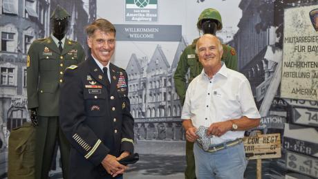 Sie freuen sich über das Neue Amerika-Haus, das Erinnerungen wach werden lässt: US-Colonel Brian E. Hooper und Altoberbürgermeister Peter Menacher. Er hatte 1998 als OB die letzten US-Soldaten in Augsburg verabschiedet.