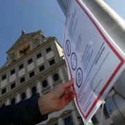 Wenn die Zahl der Neuinfektionen weiter steigt, könnten die Corona-Regeln in Augsburg nochmals verschärft werden.
