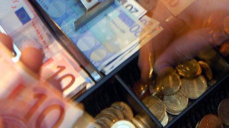 Beim Bezahlen hat ein Mann in einer Tankstelle eine Kassiererin betrogen.