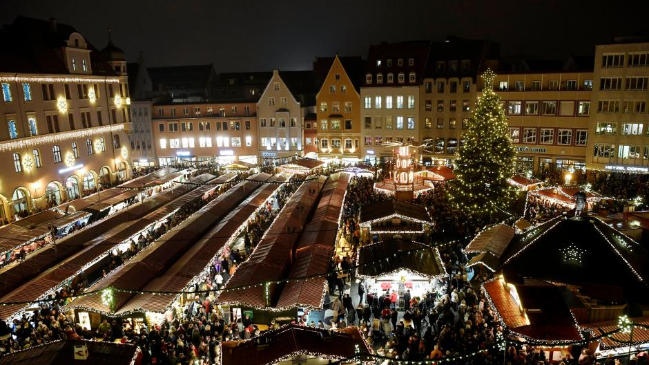 So wird es 2021 im Advent auf dem Augsburger Rathausplatz nicht aussehen. Es gibt deutlich weniger Glühweinstände. Nun hat das Los entschieden, welche Betreiber zum Zug kommen.