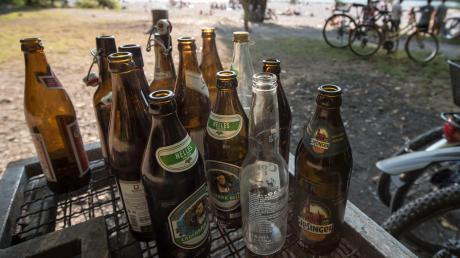 Ist es draußen wärmer, treffen sich viele Menschen im Freien - manchmal fließt auch Alkohol.