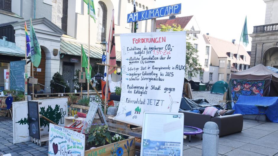 Am Fischmarkt in Augsburg wird es eng: Das Klimacamp muss dem Christkindlesmarkt und der Perlach-Sanierung Platz machen.
