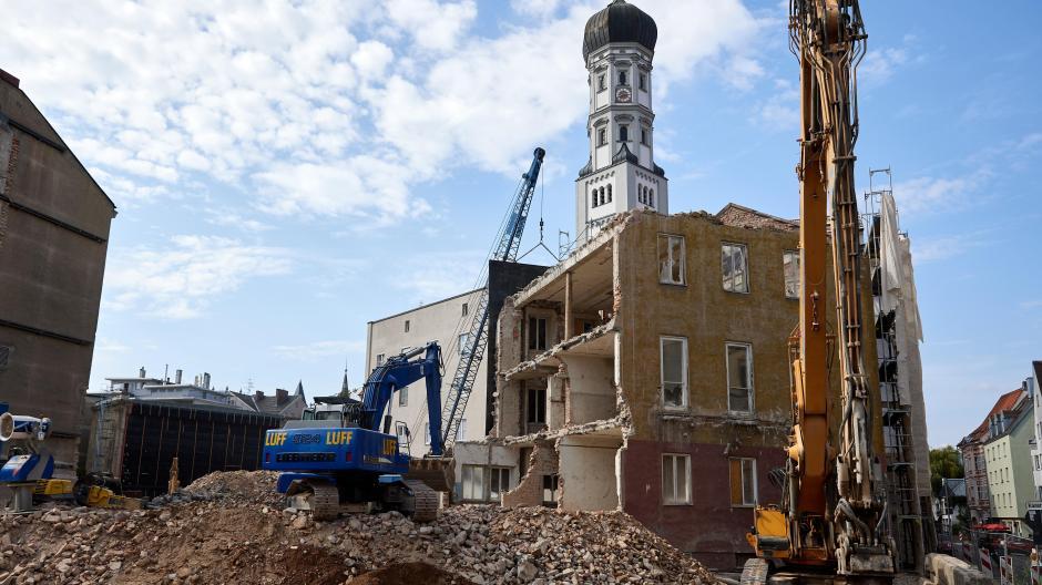 Der Abriss ist bereits weit fortgeschritten: Das Verwaltungsgebäude hinter dem Theater wird mit schwerem Gerät abgerissen.