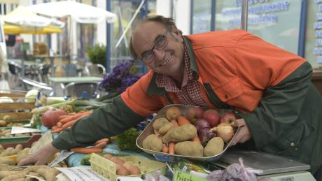 Georg Assenbrunner verkauft seit 35 Jahren seine Produkte auf dem Augsburger Bauernmarkt. Er hat dort sogar seine große Liebe gefunden.