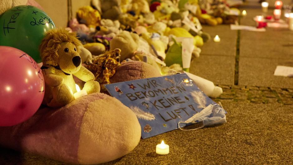 Mit Kuscheltieren, Kerzen und Plakaten vor dem Rathaus wollte eine Initiative auf die Situation der Kinder in Corona-Zeiten aufmerksam machen.
